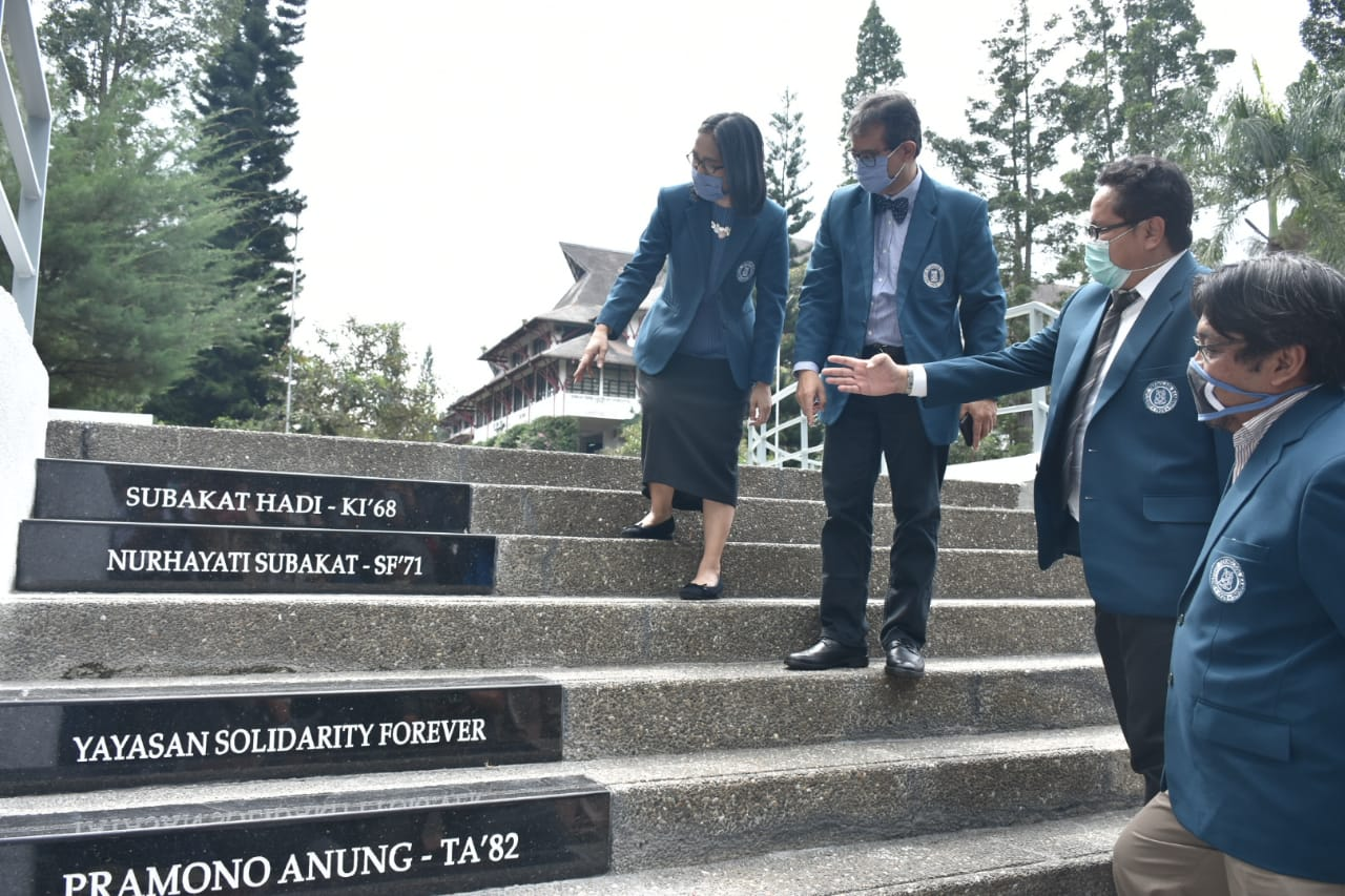 the-rector-of-itb-inaugurates-tile-naming-on-the-rotunda-staircase-of-the-itb-campus