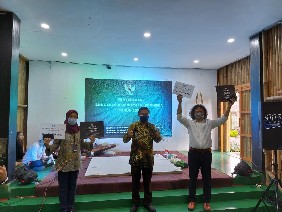 dr-tisna-sanjaya-terima-anugerah-kebudayaan-indonesia-2020