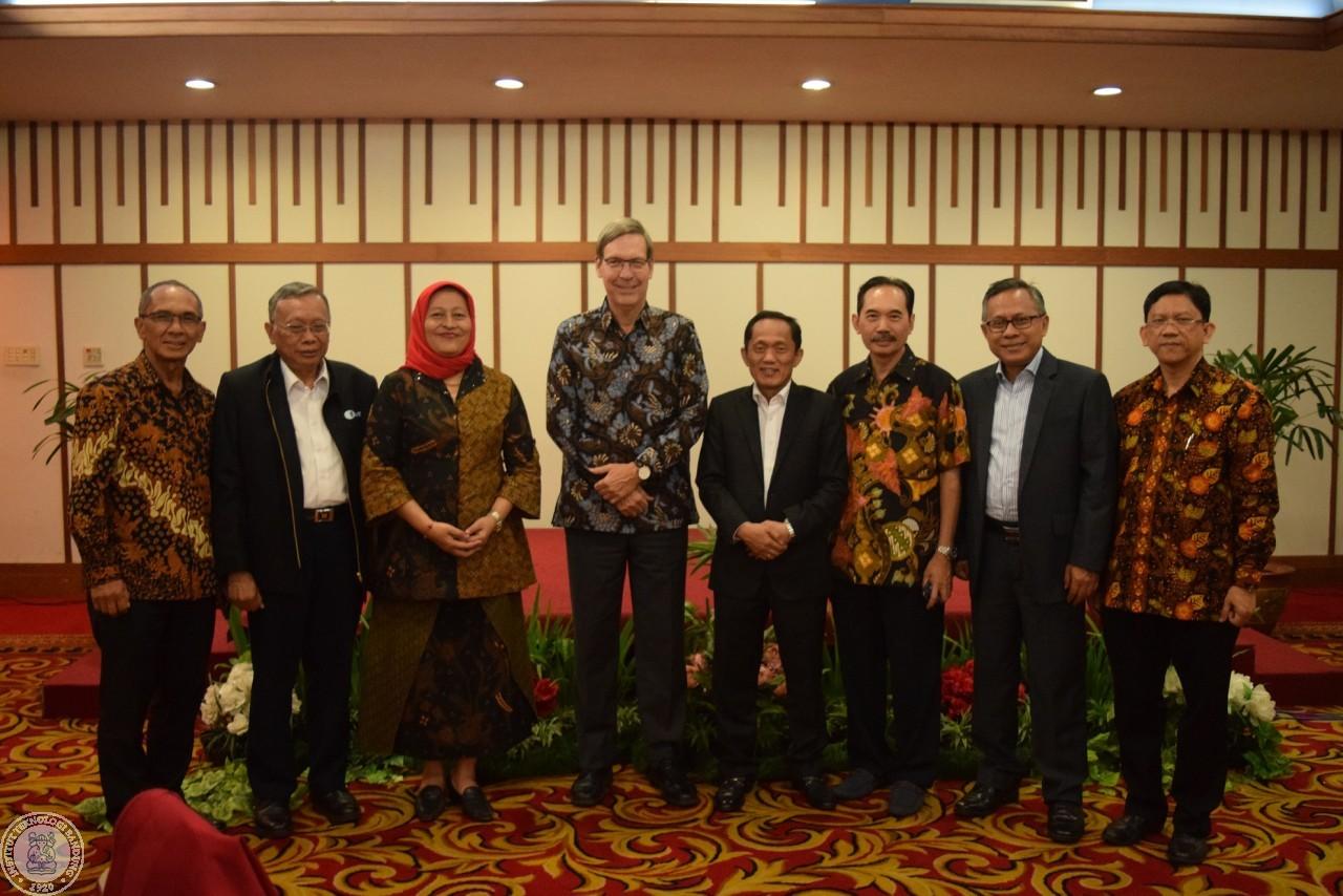 Dubes Kanada Untuk Indonesia dan Timor Leste, MacArthur Berikan Pidato di Acara Wisuda ITB