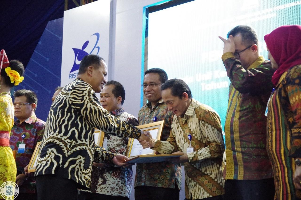 Menjalankan Prinsip TARIFS, ITB Raih Penghargaan Terbaik Kedua Kategori PTN-BH
