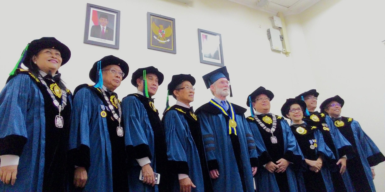 itb-anugerahkan-gelar-doktor-kehormatan-bagi-prof-peter-agre-nobel-laureate-in-chemistry-2003