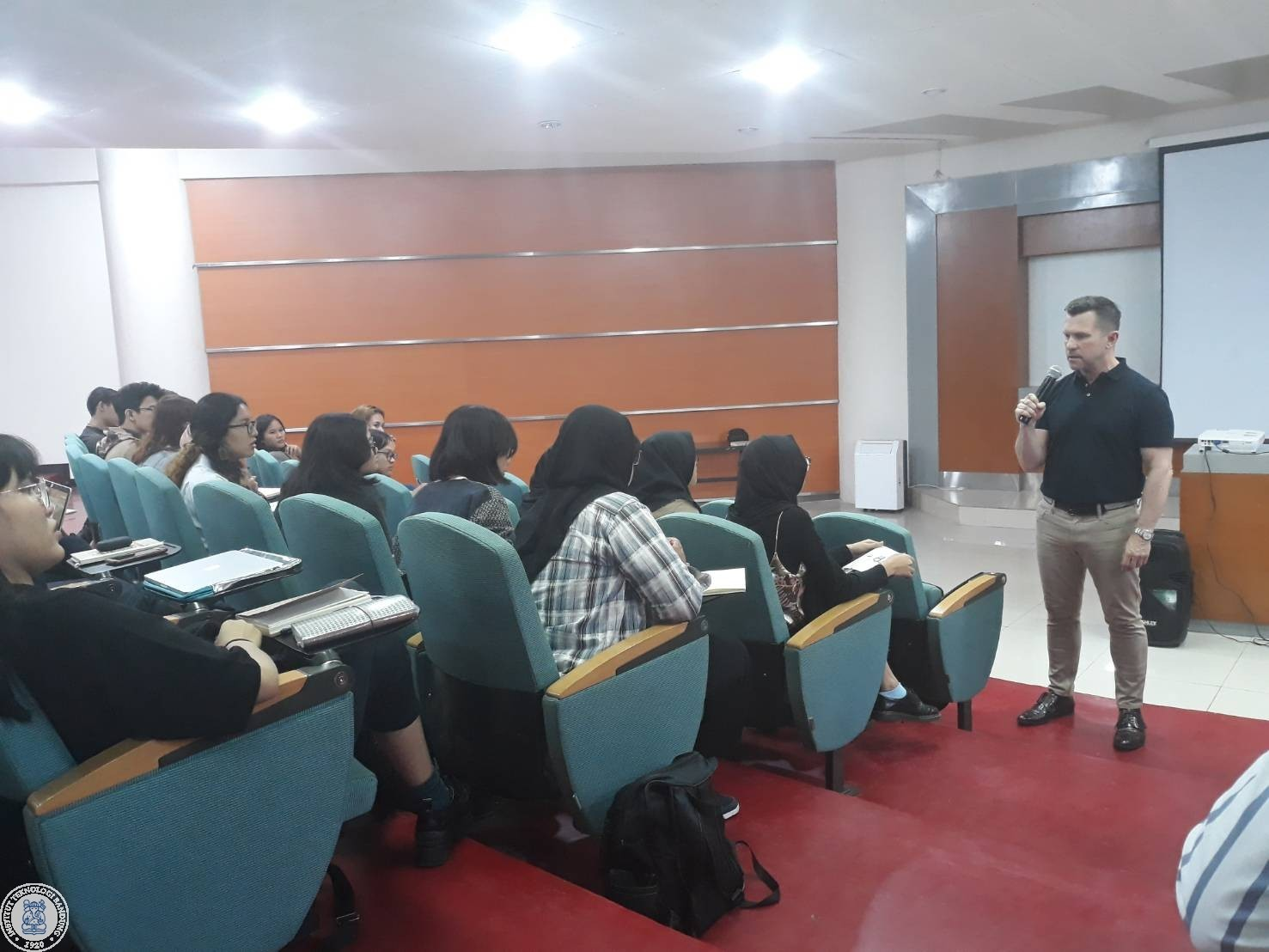 jeffry-thorpe-from-university-of-leeds-gave-a-public-lecture-at-fsrd-itb