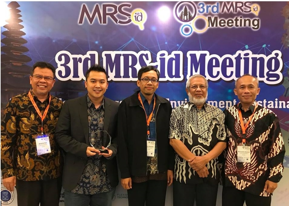 two-itb-scientists-receive-mrs-id-award-on-international-materials-researchers-meeting-in-bali