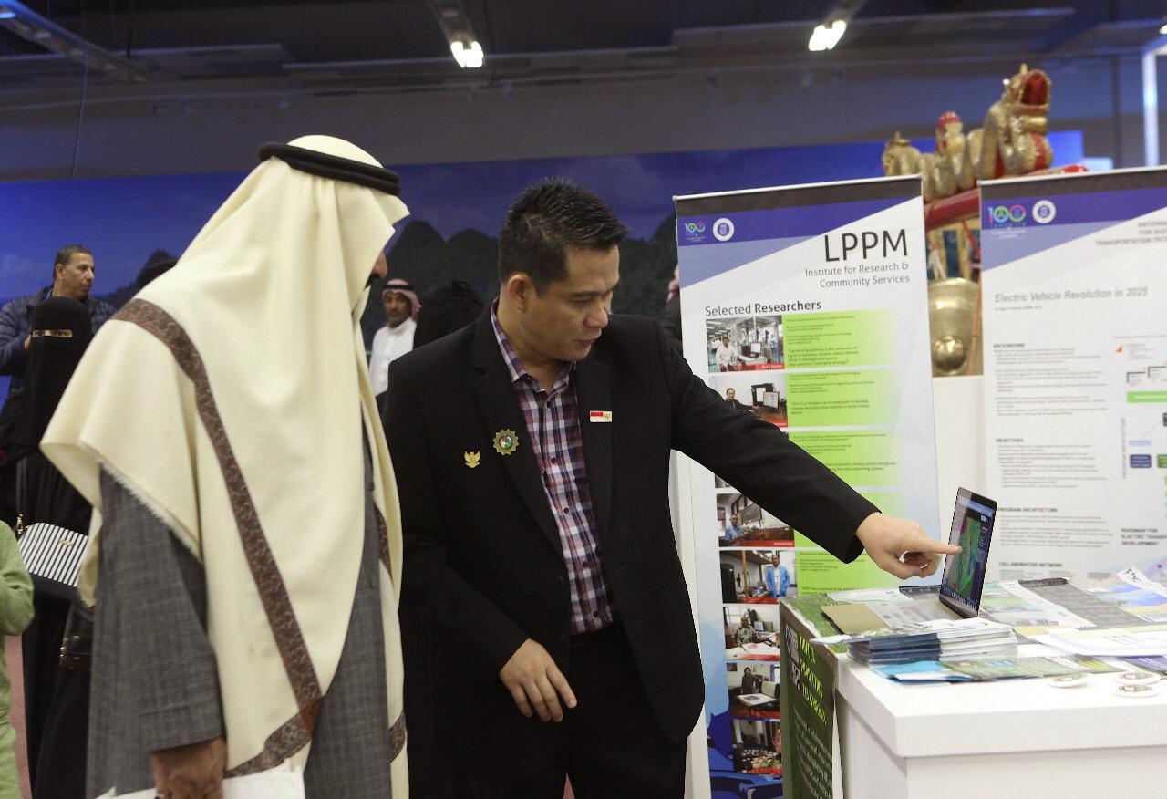 Dr Armi Susandi menjelaskan hasil penelitiannya kepada pengunjung Festival Janadriyah di Arab Saudi.
