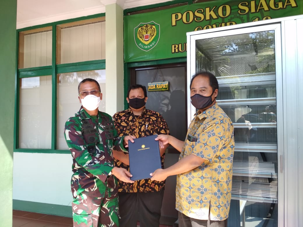 ITB Hands Over the N-95 Mask Sterilization Cabin to Dustira Hospital