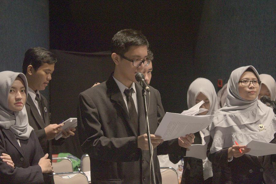 TEKUN: MC dari tim protokoler yang menyebutkan nama wisudawan untuk menerima ucapan selamat dari Rektor ITB dan dekan fakultas.