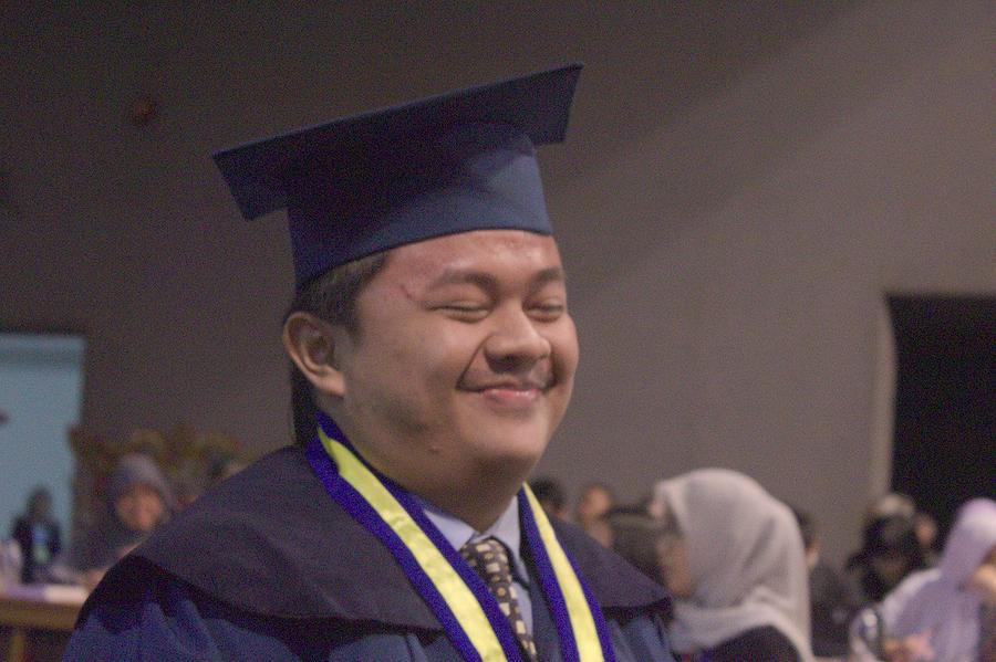 YES: Eskpresi kebahagiaan Hans Charles Simanjorang saat hendak bersalaman dengan Rektor ITB dan dekan fakultas.