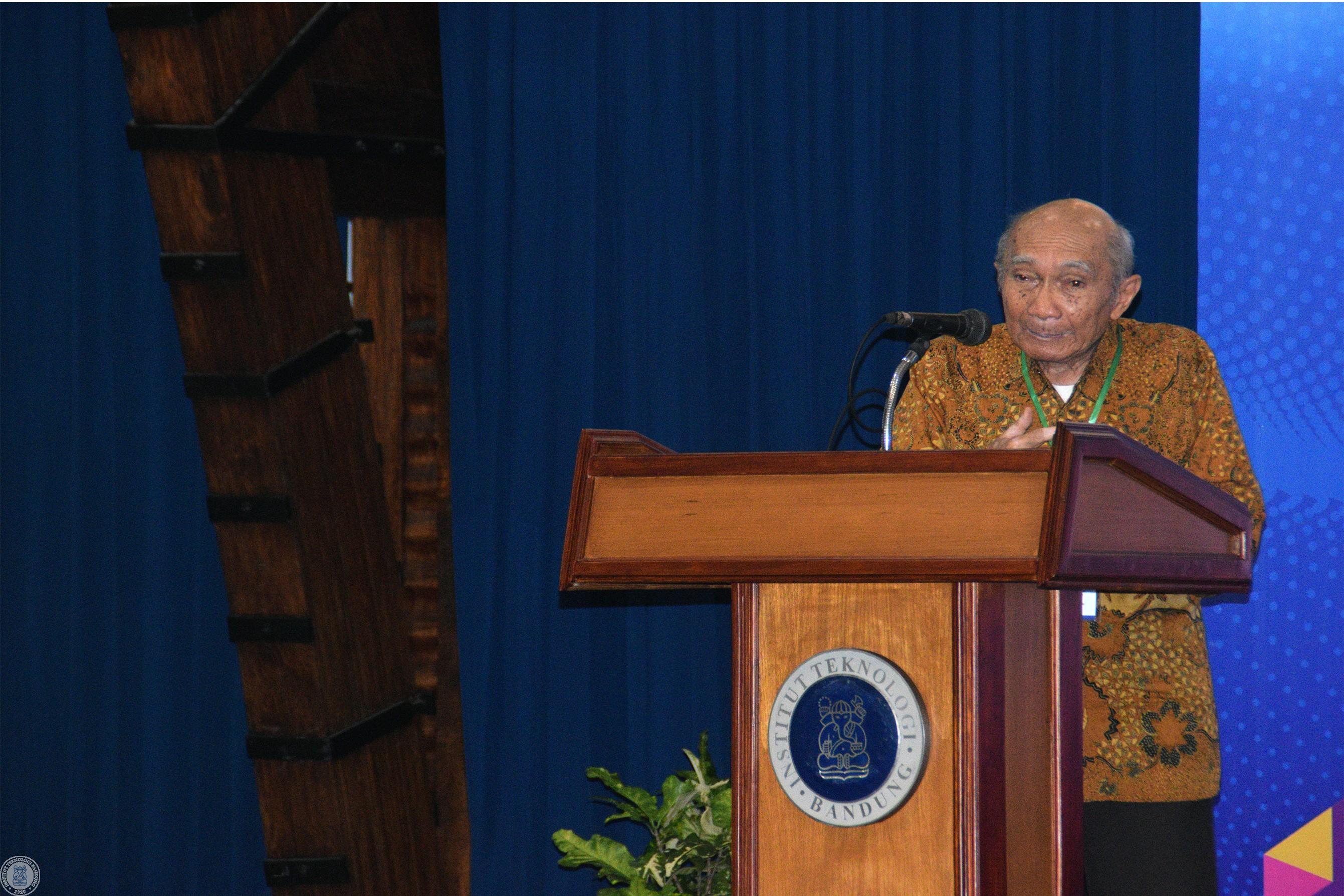 Prof. Dr. M. Ansjar ketika menceritakan sejarah FIPIA UI hingga FMIPA ITB.