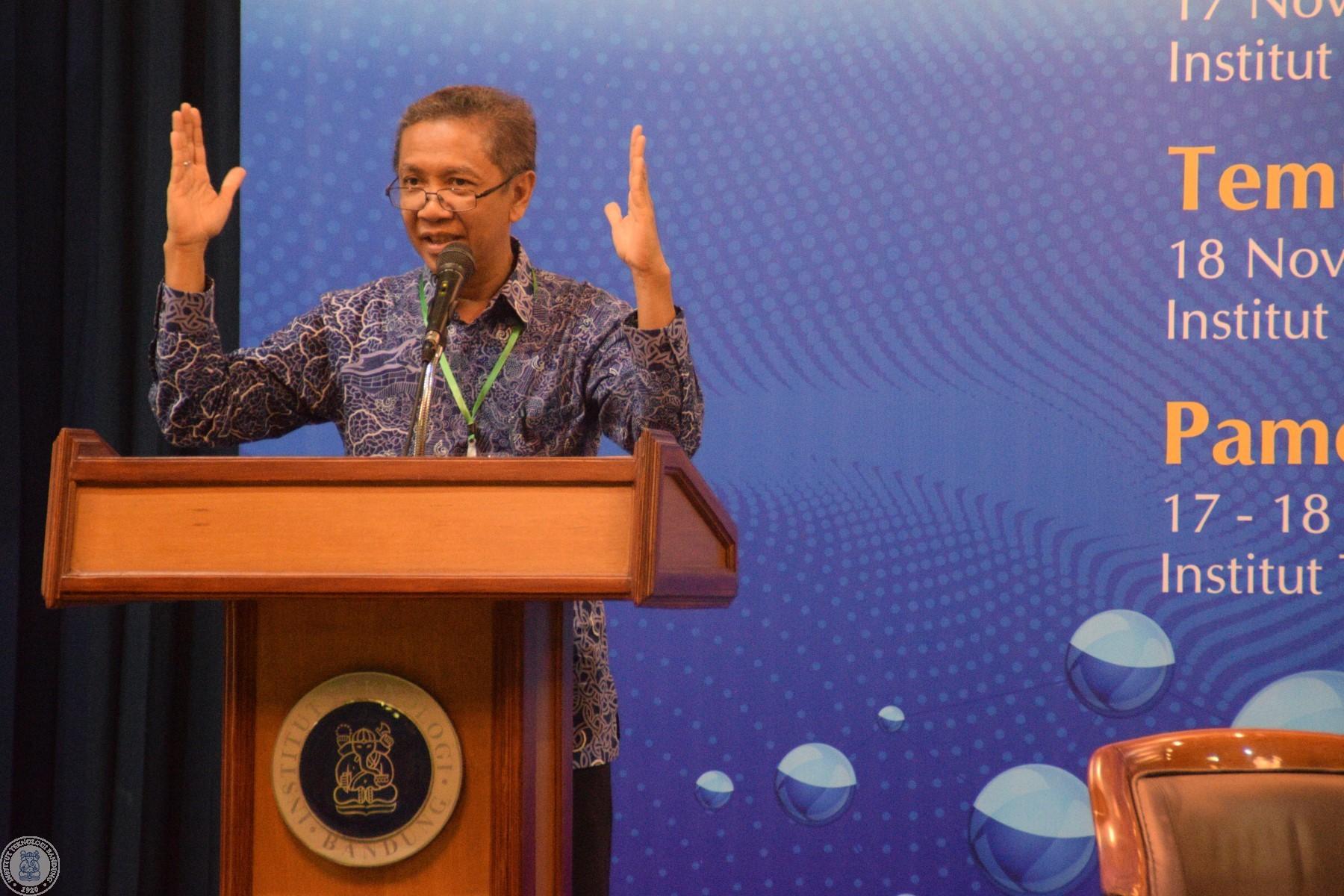 Prof. Dr. Hasanuddin Z. Abidin dari FITB ITB ketika memberikan paparan.
