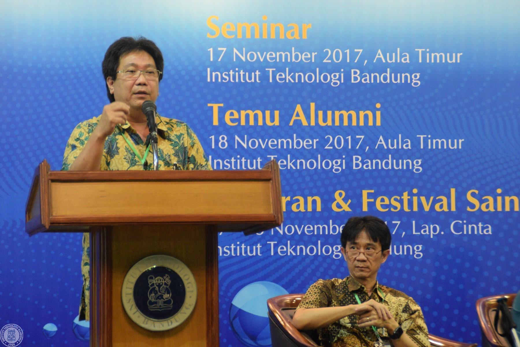 Prof. Dr. Alexander A. Iskandar menyampaikan peran FMIPA dalam memasyarakatkan sains.