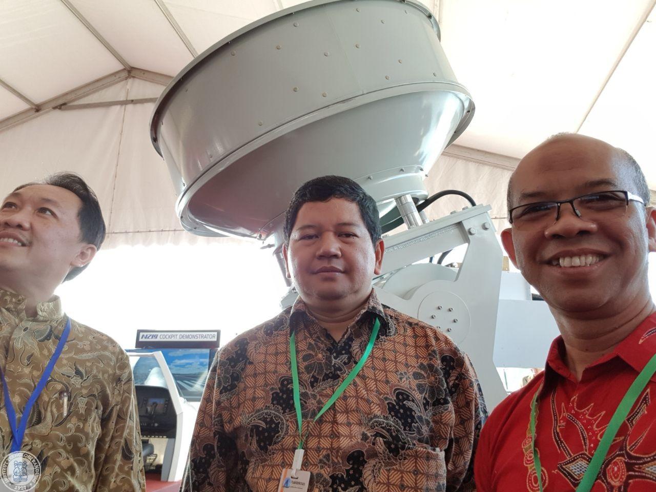Foto dengan background perangkat radar cuaca nasional di Makasar. Posisi dari kiri ke kanan, Bapak Erwin Makmur (BMKG), Dr.Ir. Ian Josef Matheus Edward (ITB) dan Dr.Ir. Mohammad Ridwan Effendi MA.Sc (ITB)