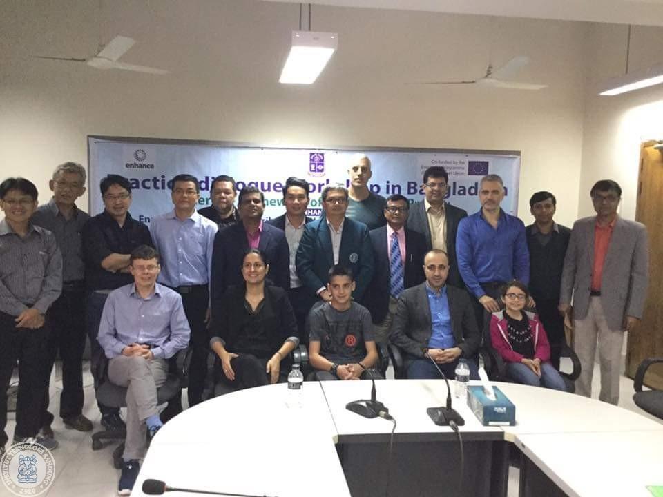 Foto bersama para peserta practice-dialogue workshop di Dhaka